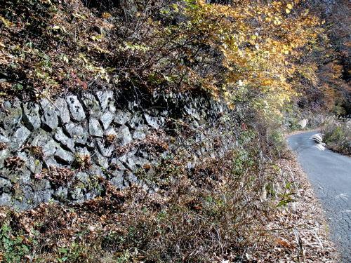 道路脇には石垣が組まれてます。