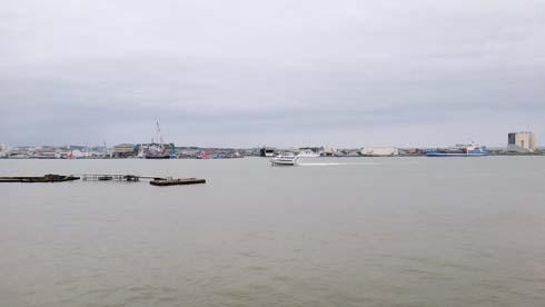 高速艇が入港してきました。