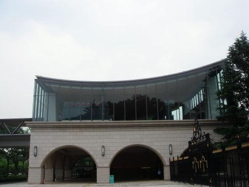 屋根がたわんでるデザイン