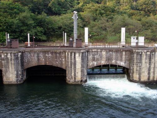 アーチが2つしか見えませんが、四連制水門です。